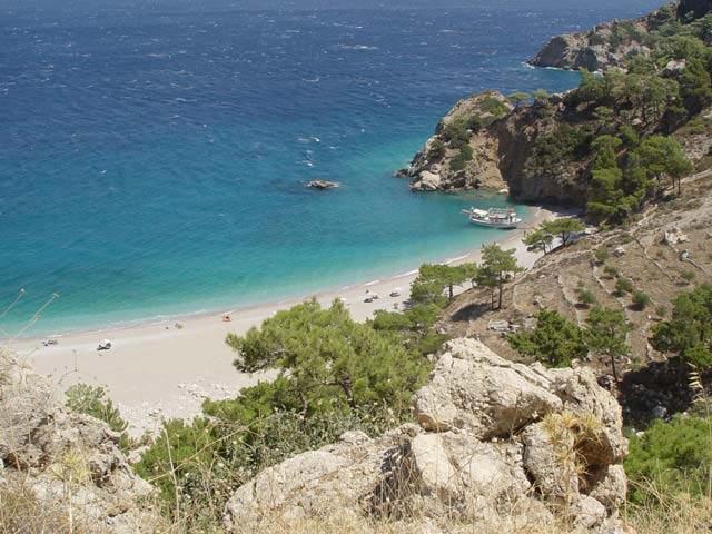 Земля в Карпатос на побережье